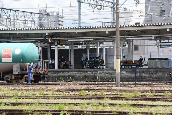 2020年6月20日撮影 篠ノ井線2084レ EH200-13号機 旗振り誘導 3