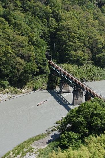 2020年6月21日撮影 天竜峡大橋「そらさんぽ天竜峡」より 天竜ライン下りの舟