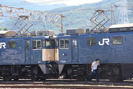 2020年8月11日撮影 南松本にて 西線貨物8084レの仕業点検 汗を拭う運転士さん