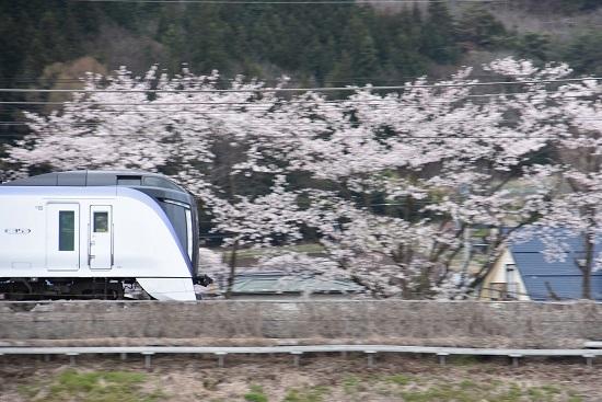 2020年4月19日撮影 みどり湖にて E353系あずさ3号と桜を流して