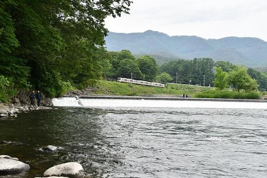2020年5月31日撮影 飯田線は天竜川にて釣り人5人と213M 313系1700番台