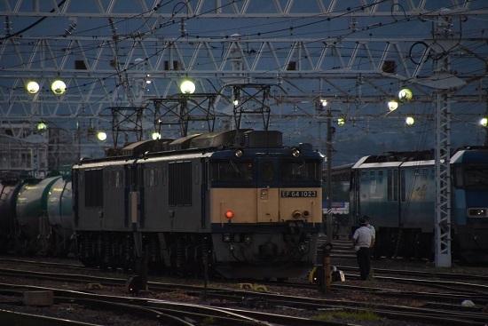 2020年8月15日撮影 南松本にて EF64の横で運転士さん同士が立ち話