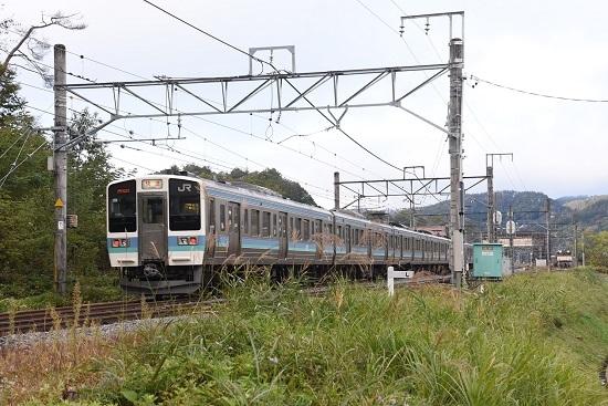 2020年10月25日撮影 坂北駅にて2530M 211系「快速」とEF64-37号機カシオペア