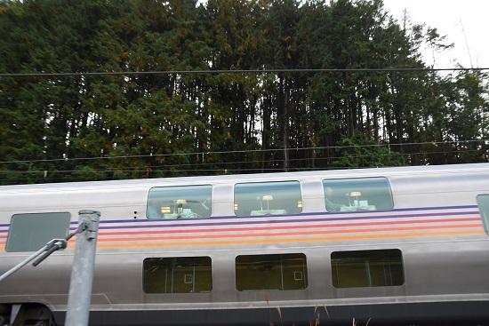 2020年10月25日撮影 坂北駅を発車するカシオペアのダイニングカー