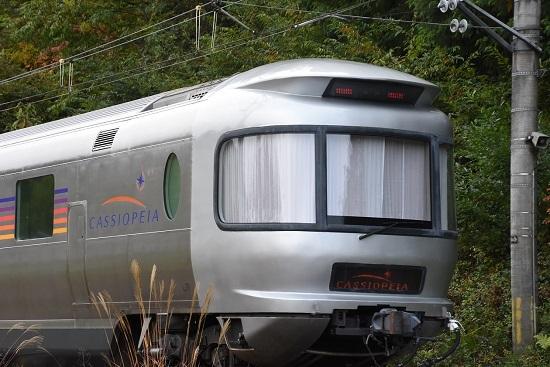 2020年10月25日撮影 坂北駅を発車するカシオペアのスロネフE26を後撃ち