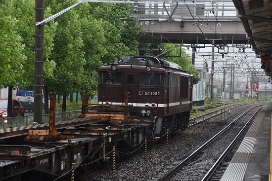 2020年7月8日撮影 岡谷駅にてEf64-1052号機が牽くチキ工臨を後撃ち