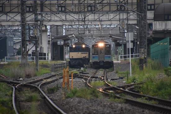 2020年8月22日撮影 篠ノ井線8467レ 明科駅にて 1221M E127系との並び
