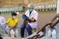 パキスタンで閉鎖されたペット市場から救出された猫を検査する動物保護団体ACFアニマル・レスキューのメンバー (2) - コピー
