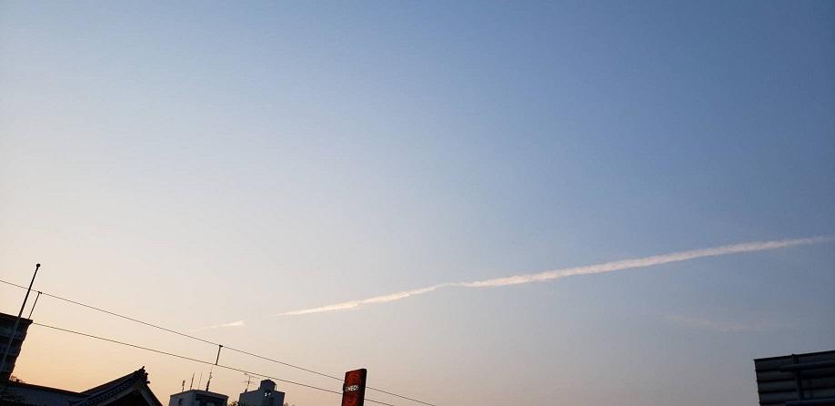 中国からの汚染物質がコロナのおかげで止まり空気も心なしか澄み、綺麗な水色の空に光る白い飛行機雲
