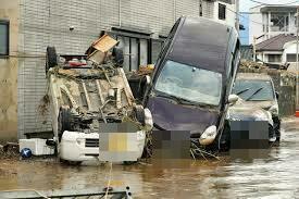 球磨川の氾濫で流され泥をかぶった車