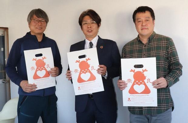 「鹿紙」を開発した中村さん、松川さん、小川さん(左から)。
