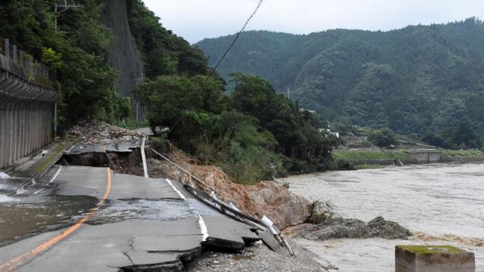 熊本1大雨で寸断された球磨川沿いの国道219号