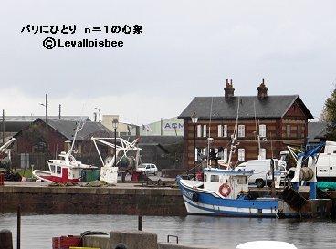 かわいい漁船が係留されている入り江オンフルールdownsize