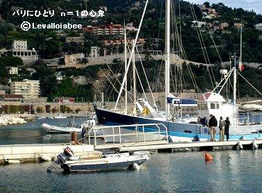 朝の船出の準備をする漁船ヴィルフランシュシュルメールdownsize