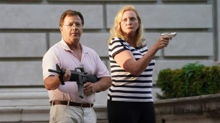 【動画】自宅前を通ったデモ隊に銃を向けたセレブ夫婦、映画のワンシーンみたいだと話題にwww