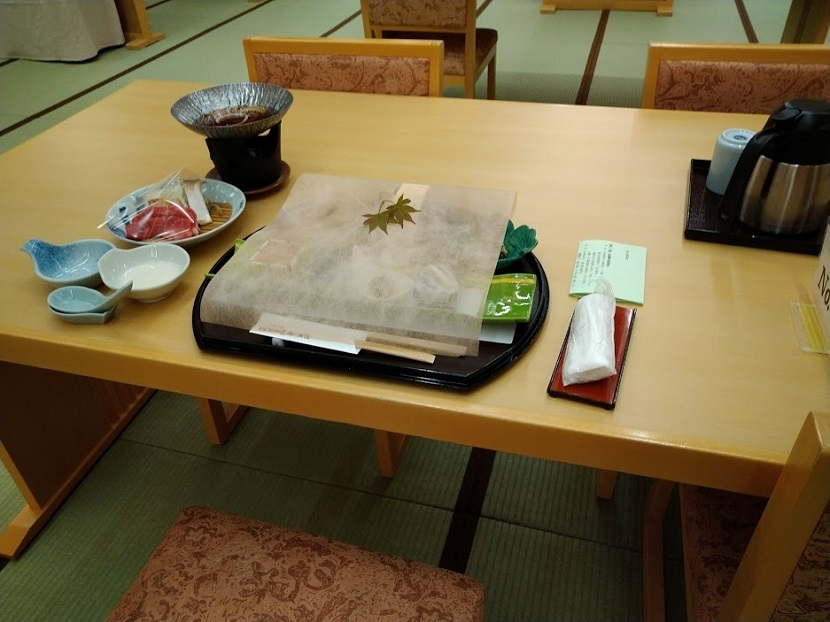 夕食 会席料理 テーブル