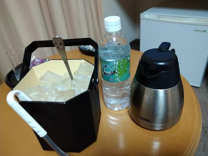 夜 冷水ポット、氷、ペットミネラル