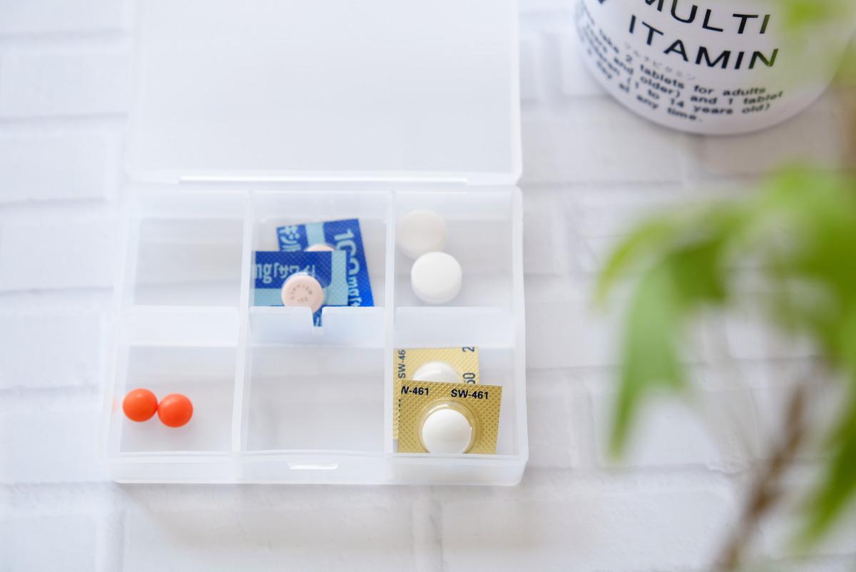 セリア・トラベルマルチケース 仕切り調整板付・薬・サプリメント収納①