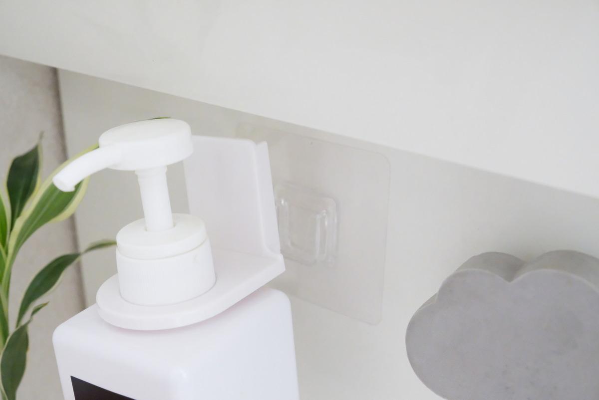 セリア・吸着シートボトルホルダー・洗面所・無印・PET詰替ボトル・ホワイト 400ml・洗面台①