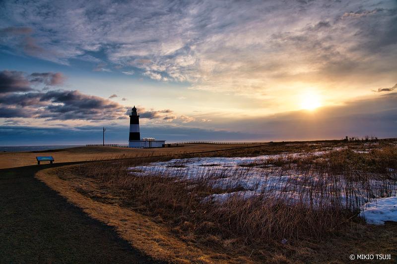 絶景探しの旅 - 絶景写真 1279 朝陽を受ける灯台 (能取岬 北海道 網走市)