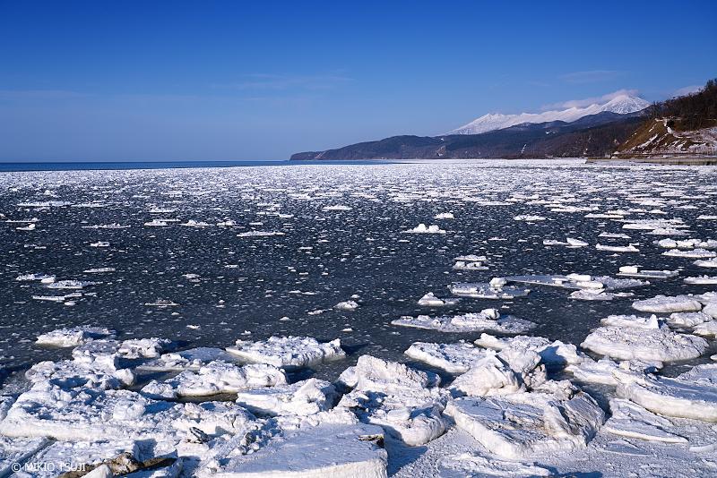 絶景探しの旅 - 絶景写真No.1296 知床連山と接岸する流氷 (北海道 斜里町)
