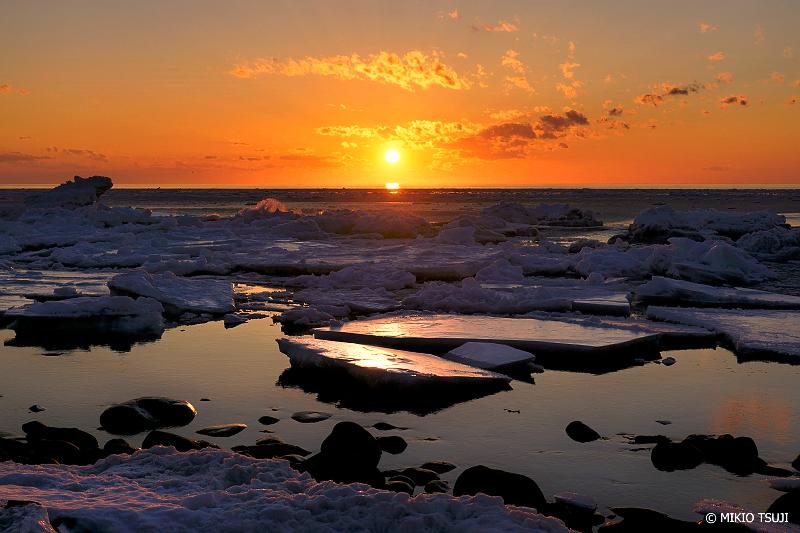 絶景探しの旅 - 絶景写真No.1311 夕陽の赤に染まる流氷の海岸 (北海道 斜里町 ウトロ西)