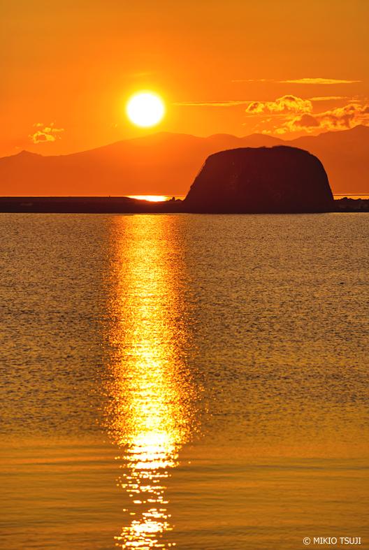絶景探しの旅 - 絶景写真No.1326 朝日輝く神の海 (帽子岩/北海道 網走市)