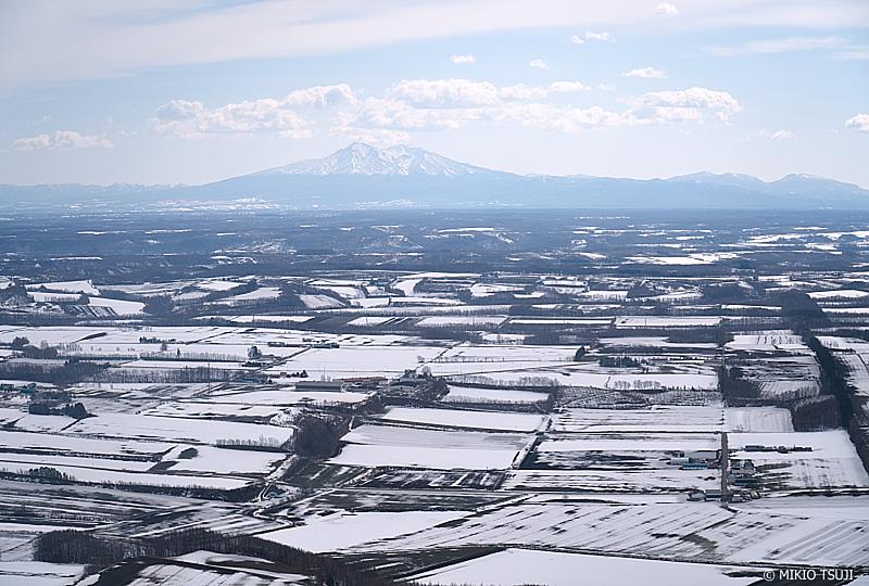 絶景探しの旅 - 絶景写真No.1330 斜里岳の見える雪の田園風景 (北海道 美幌町上空)