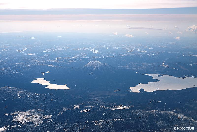 絶景探しの旅 - 絶景写真No.1332 雄阿寒岳を取り囲む阿寒湖と幻の湖 (北海道 津別町上空)