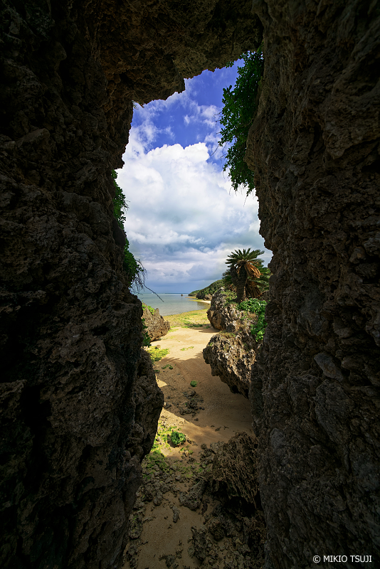 絶景探しの旅 - 絶景写真No.1338 岩の裂け目からの風景 (小浜島 コーラルビーチ沖縄県八重山郡竹富町)