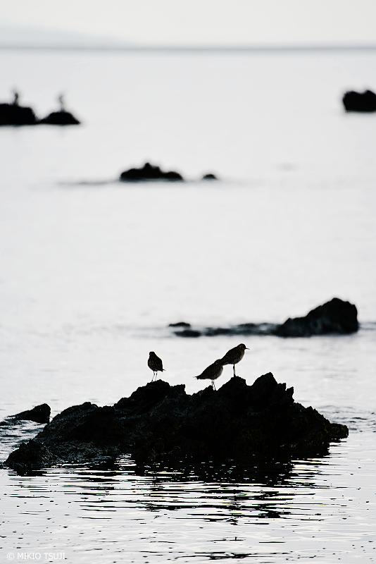 絶景探しの旅 - 絶景写真No.1344 降り出す雨と岩礁のダイゼンのシルエット (浜島/沖縄県 八重山郡 竹富町)
