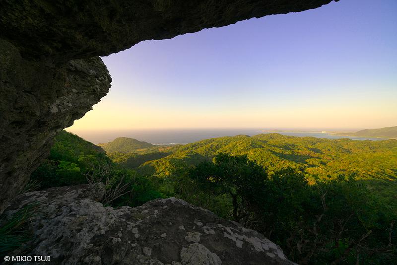 絶景探しの旅 - 絶景写真 No. 1396 屋良部岳の平岩の下から (沖縄県 石垣島)