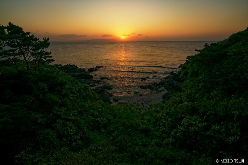 絶景探しの旅 - 絶景写真 No. 1397 谷間の小さな浜辺に落ちる夕陽 (沖縄県 石垣島)