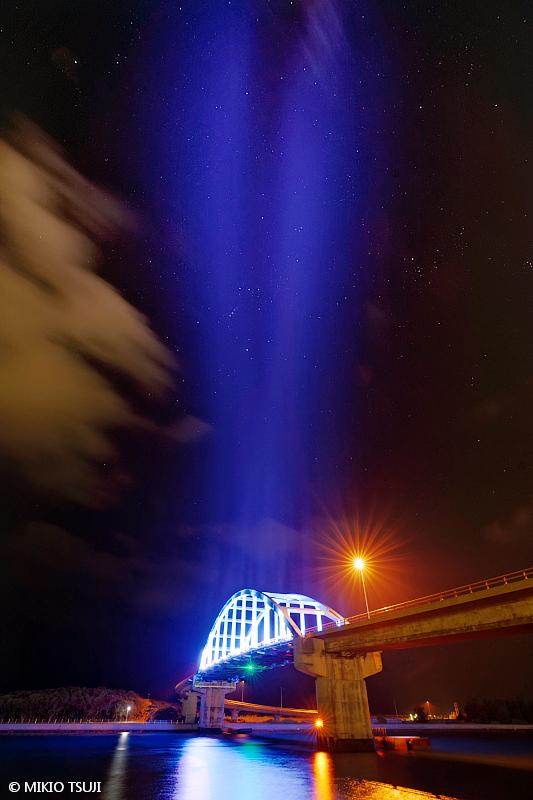 絶景探しの旅 - 絶景写真 No. 1399 空を切り裂く青いライトセーバー (サザンゲートブリッジ/沖縄県 石垣島)