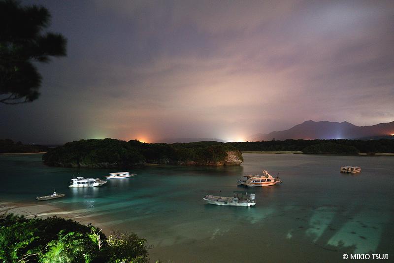 絶景探しの旅 - 絶景写真 No. 1400 夜の川平湾の風景 (沖縄県 石垣島)