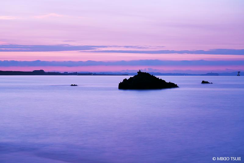 絶景探しの旅 - 絶景写真 No. 1404 夜明けを迎えるかぶと岩の風景 (相模湾/神奈川県 大磯町)