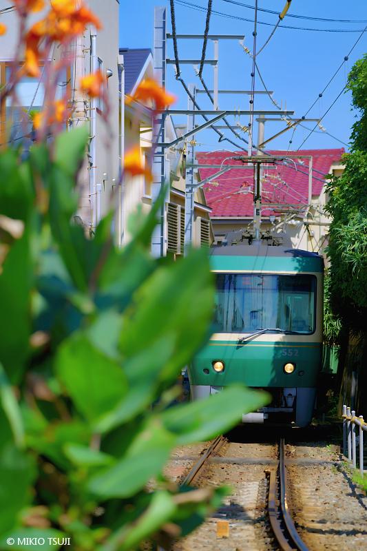 絶景探しの旅 - 絶景写真 No.1417 住宅街を抜ける江ノ電 (神奈川県 鎌倉市)