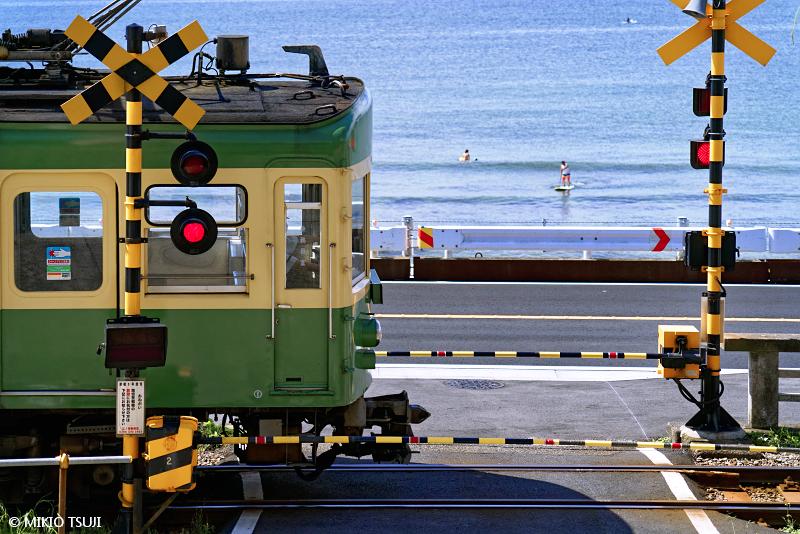 絶景探しの旅 - 絶景写真 No.1418 踏切を通過する江ノ電300形 (神奈川県 鎌倉市)