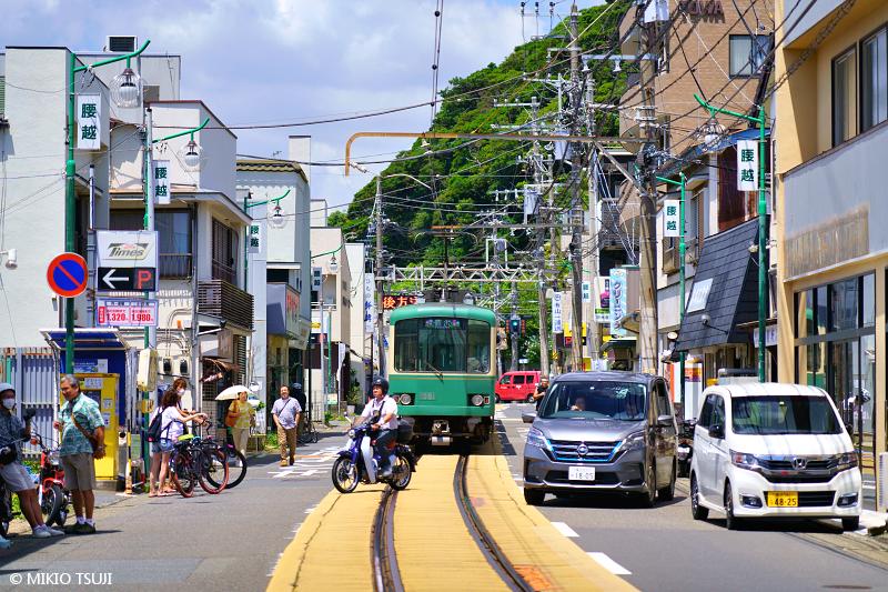 1422 生活道路を行く江ノ電 (神奈川県 鎌倉市)