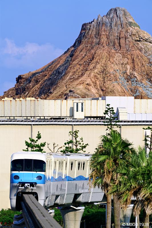 絶景探しの旅 - 絶景写真 No.1438 プロメテウス火山とミッキートレイン (千葉県 浦安市)