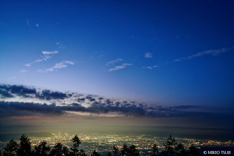 絶景探しの旅 - 絶景写真 No.1454 夜明けの街 (山梨県 韮崎市)