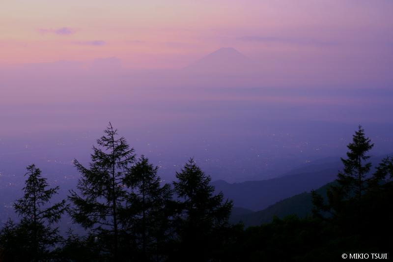 絶景探しの旅 - 絶景写真 No.1455 霞の中の富士山 (甘利山/山梨県 韮崎市)