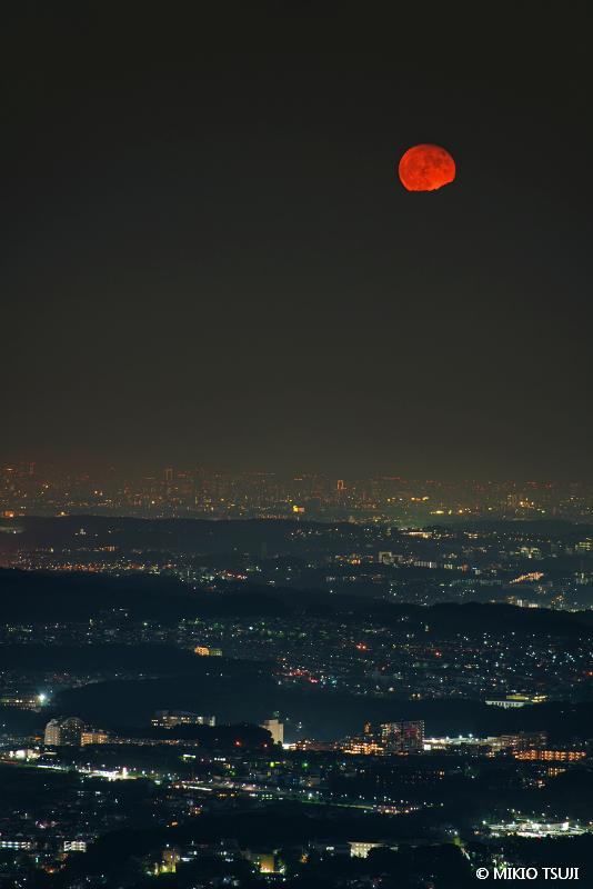 絶景探しの旅 - 絶景写真 No.1459 赤い満月の夜 (東京都 八王子市)