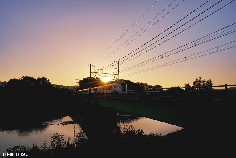 絶景探しの旅 - 絶景写真 No.1461 朝日の浅川を行くN'EX (東京都 八王子市)