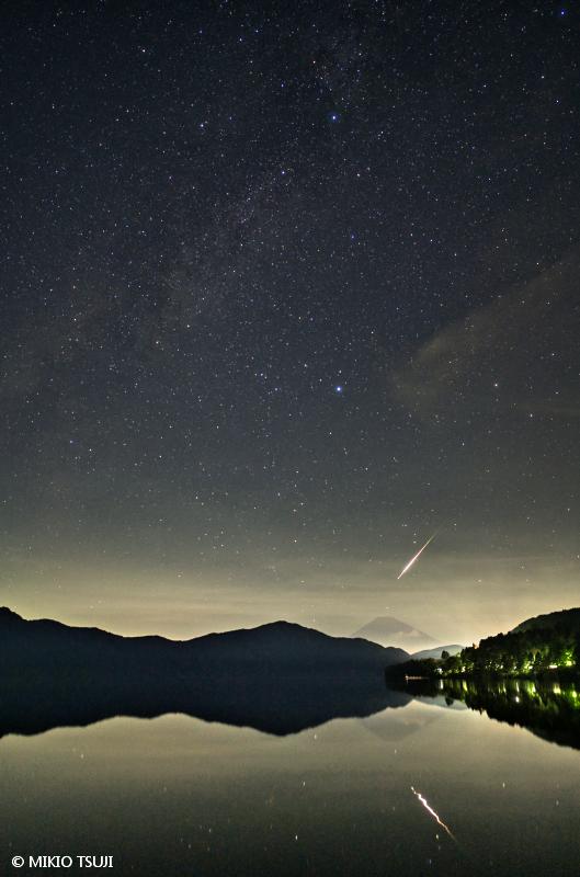 絶景探しの旅 - 絶景写真 No.1464 芦ノ湖に広がる星空 (神奈川県 箱根町)