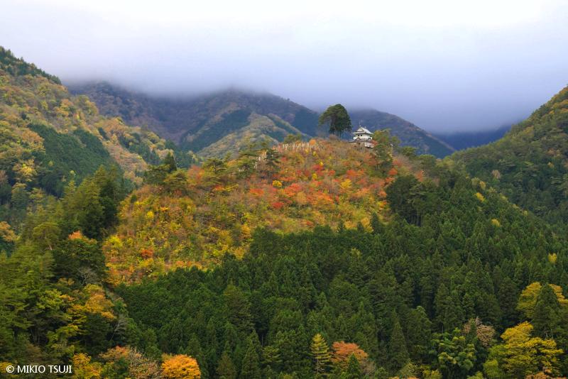 絶景探しの旅 - 絶景写真No.1491 紅葉の風雲丹波山城 (山梨県 丹波山村)