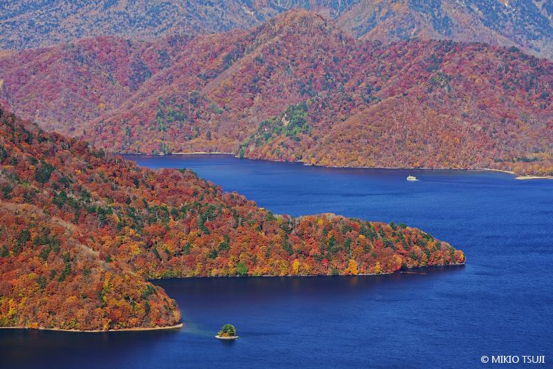 絶景探しの旅 - 絶景写真 No.1497 紅葉の中禅寺湖 (栃木県 日光市)