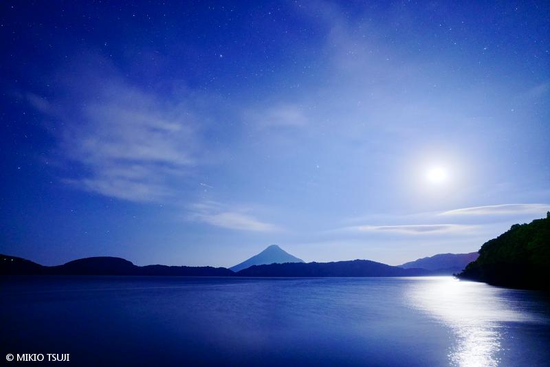 絶景探しの旅 - 絶景写真No.1540 神秘的な池田湖の月夜 (鹿児島県 指宿市)