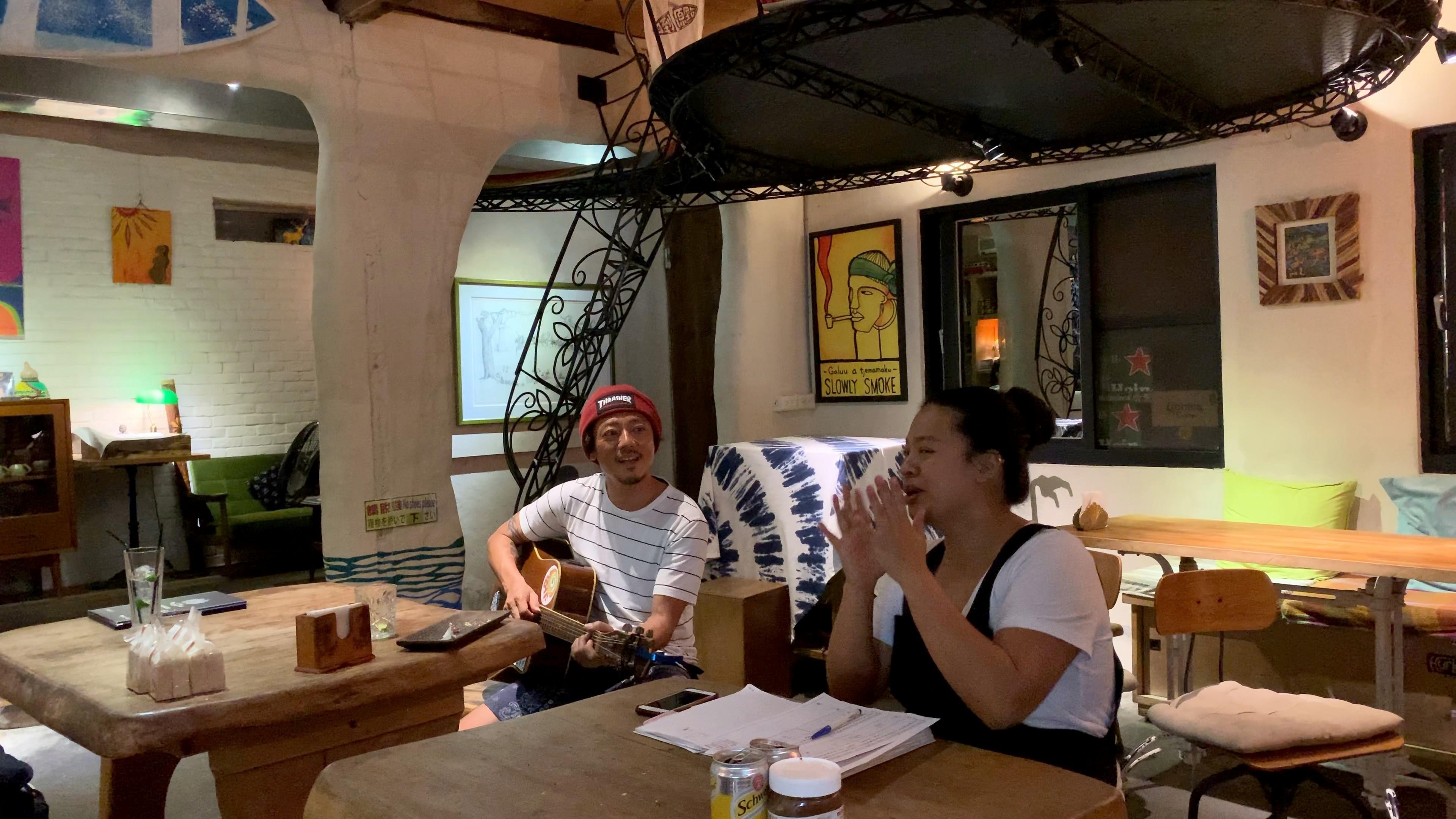 東台湾ホテル&レストラン熱帯低気圧にて淳さんの弾き語りにあわせ一緒に歌を歌う会計中だった奥様 photo by DRAGONPRESS沼田孝彦