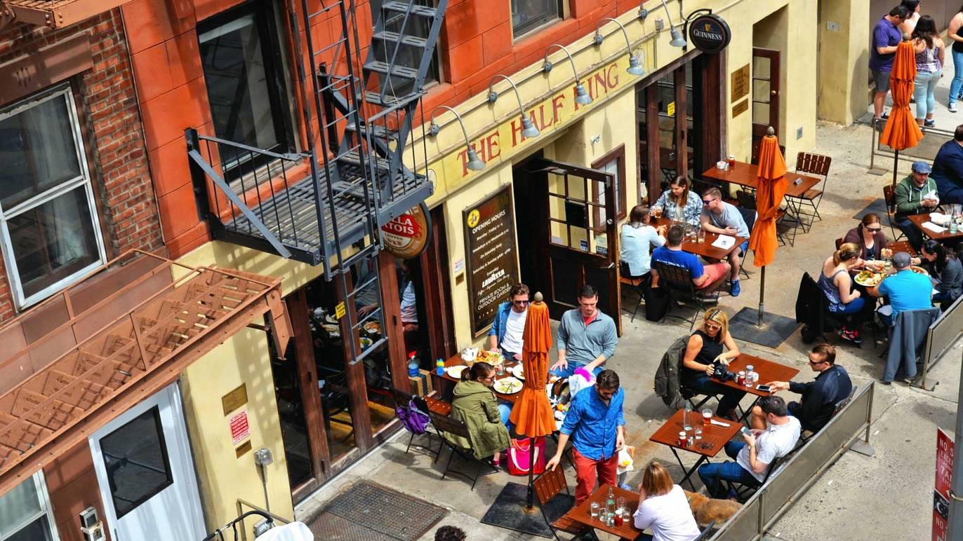 歩道の利用拡大で飲食店を支援、ニューヨークで限定的な規制緩和が成立か